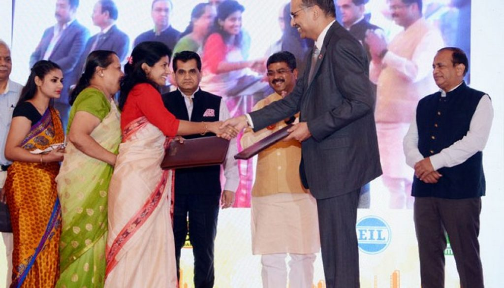 Mr-Sanjiv-Singh-Chairman-IndianOil-exchanging-the-MoU-with-one-of-the-incubatees