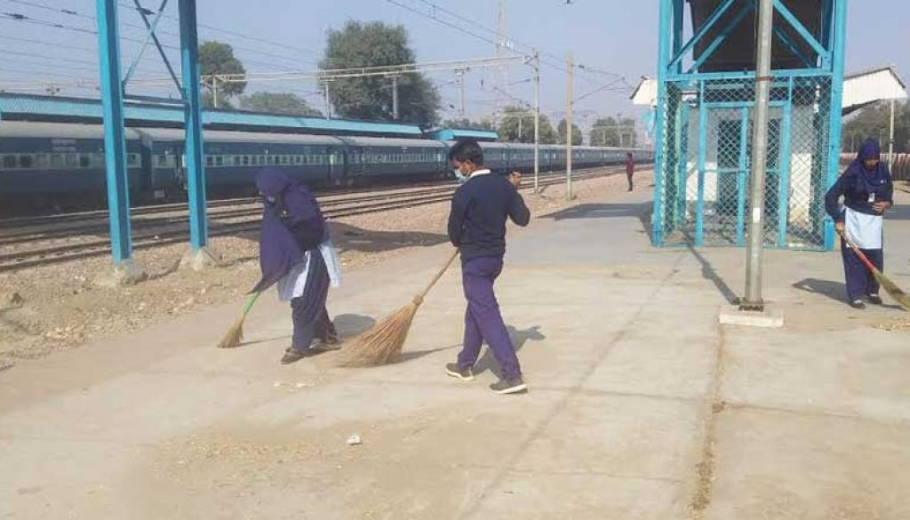 Cleanliness-Drive-at-Old-Faridabad-Railway-Station2